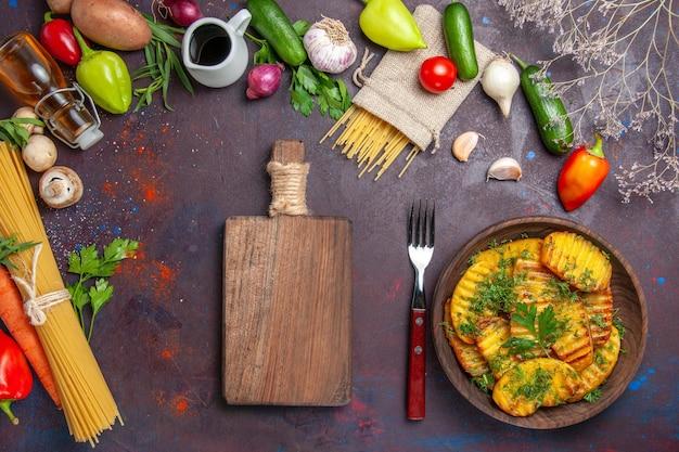 Vista de cima batatas cozidas prato delicioso com verduras em superfície escura