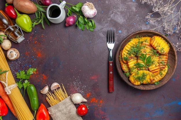 Vista de cima batatas cozidas prato delicioso com verduras na superfície escura.