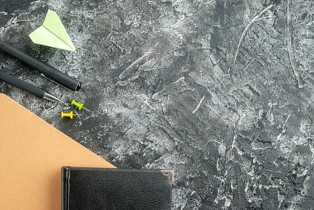 Vista de cima bloco de notas preto com lápis sobre fundo cinza trabalho caderno escola estudante faculdade de negócios plano cor do trabalho