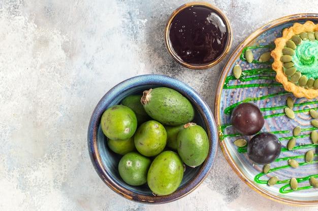 Vista de cima bolinho cremoso com frutas