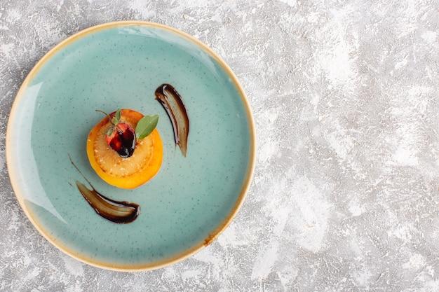Vista de cima bolinhos de bolacha dentro de um prato azul na mesa de luz, bolo, biscoito, açúcar, massa doce, assar