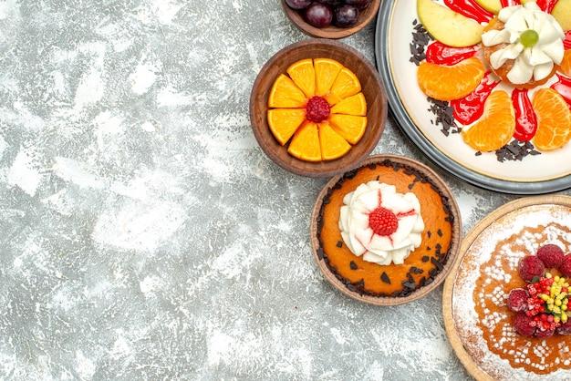 Vista de cima bolo cremoso com bolo de framboesa e torta na superfície branca de frutas bolo doce torta biscoito de açúcar