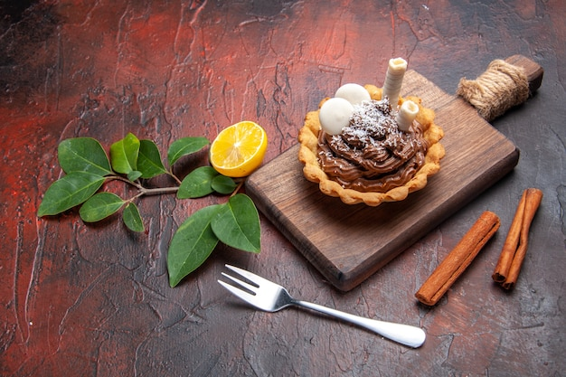 Vista de cima bolo cremoso gostoso na mesa escura bolo biscoito sobremesa doce