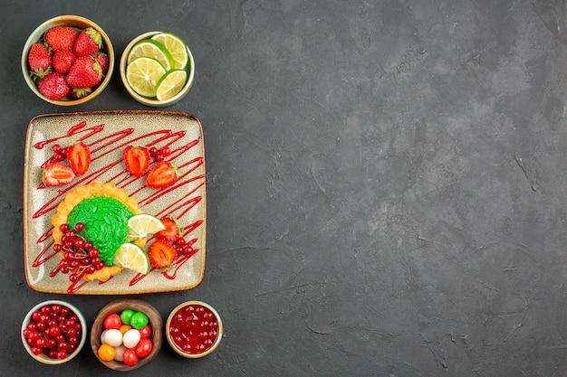 Vista de cima bolo delicioso com doces e frutas