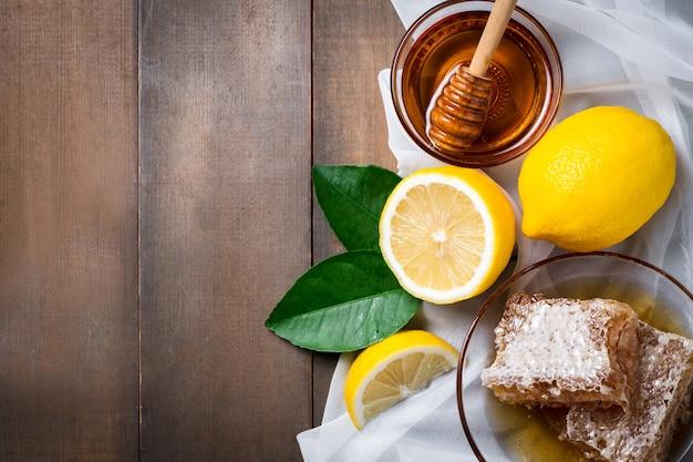 Vista de cima bolo delicioso com mel e limão