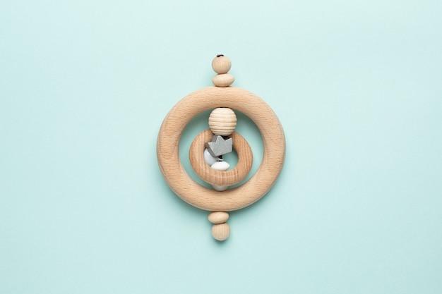 Vista de cima brinquedo de madeira para bebê