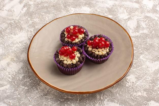 Vista de cima brownies de chocolate com cranberries dentro do prato o light desk cake biscoito doce massa assada