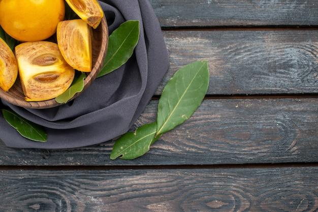 Vista de cima caquis doces e frescos na mesa de madeira, frutas maduras e maduras