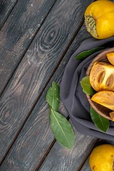 Vista de cima caquis doces e frescos na mesa de madeira, frutas maduras maduras