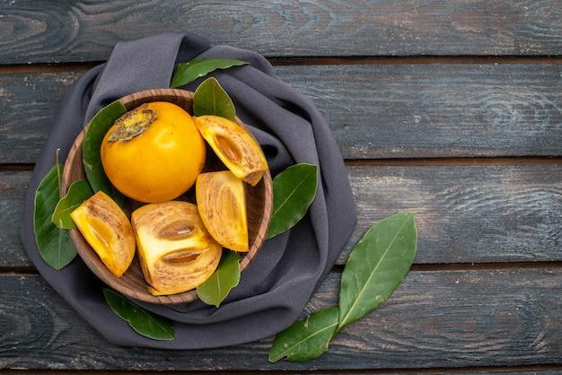 Vista de cima caquis doces e frescos na mesa de madeira, frutas suaves saudáveis