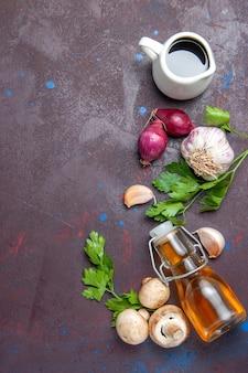 Vista de cima cogumelos frescos com verduras e óleo na superfície escura salada saúde planta selvagem crua