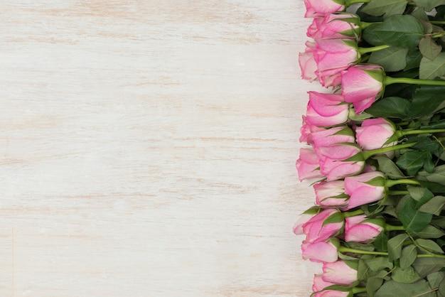 Vista de cima com espaço de cópia. plano de fundo para o dia da mulher, 8 de março. mesa de madeira branca.