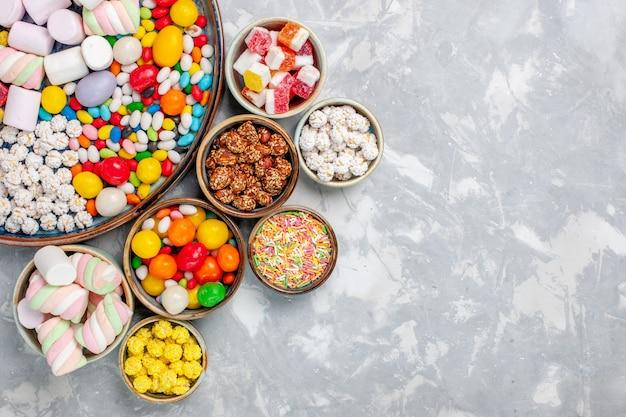 Vista de cima composição de doces doces e deliciosos doces com marshmallow na mesa branca, guloseima confiture doce