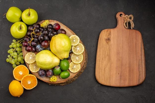Vista de cima, composição de frutas frescas frutas maduras e frutas maduras em fundo escuro frutas maduras maduras saúde frescas