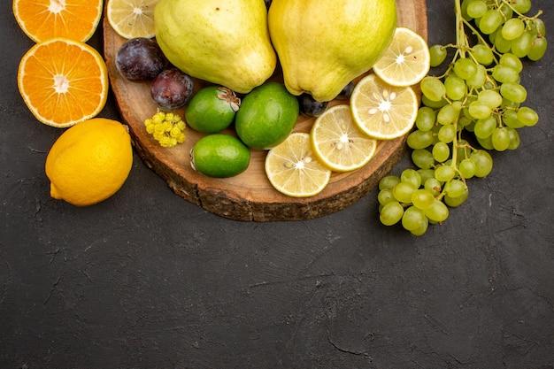 Vista de cima composição de frutas frescas frutas maduras e frutas maduras na superfície escura frutas maduras maduras saúde frescas