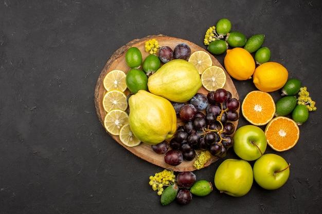 Vista de cima composição de frutas frescas frutas maduras fatiadas e maduras na superfície escura vitamina de frutas frescas maduras
