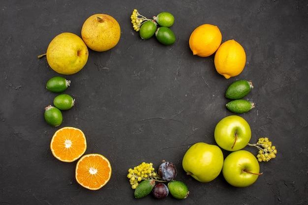 Vista de cima composição de frutas frescas frutas maduras maduras na superfície escura frutas maduras vitamina fresca suave