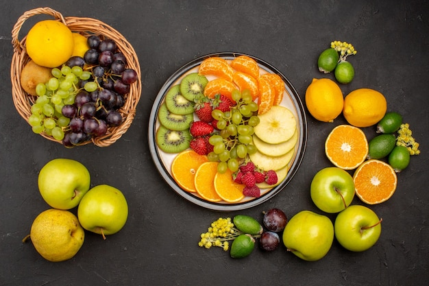 Vista de cima composição de frutas frescas frutas maduras na mesa escura frutas maduras vitamina fresca madura