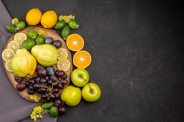 Vista de cima composição de frutas frescas frutas maduras na superfície escura frutas maduras vitamina fresca madura