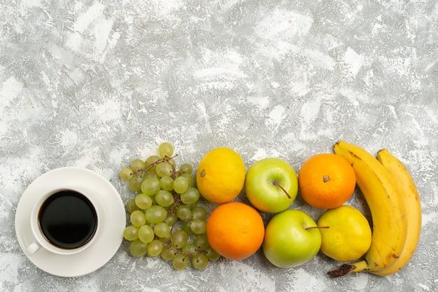 Vista de cima composição de frutas frescas maçãs uvas e bananas no fundo branco frutas maduras frescas vitamina cor madura