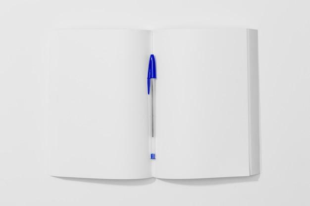 Vista de cima, cópia espaço livro e caneta