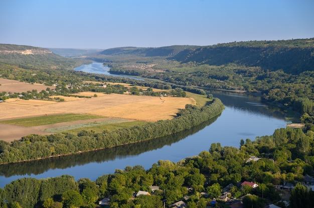 Vista de cima da colina do rio dniester perto da vila de socola, no distrito de soldanesti, na moldávia