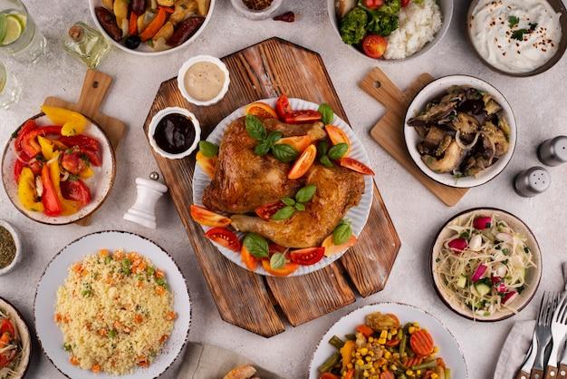 Vista de cima da mesa cheia de deliciosas composições de alimentos