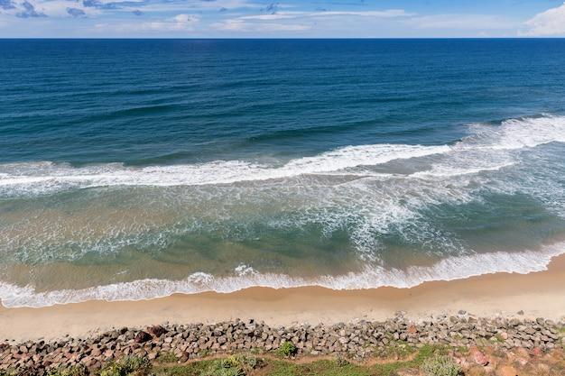Vista de cima da praia do sul em varkala, estado de kerala, índia