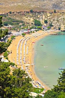 Vista de cima da praia principal de lindos