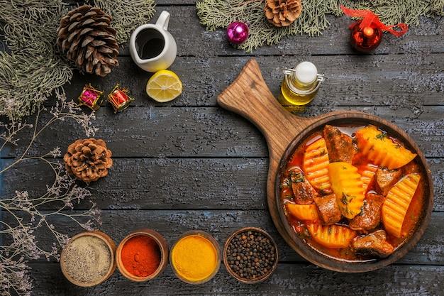 Vista de cima da saborosa sopa de carne com temperos na mesa escura