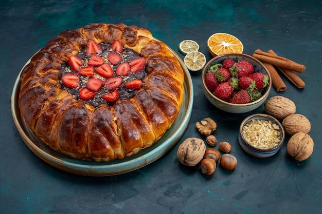 Vista de cima da torta de morango com nozes na mesa azul