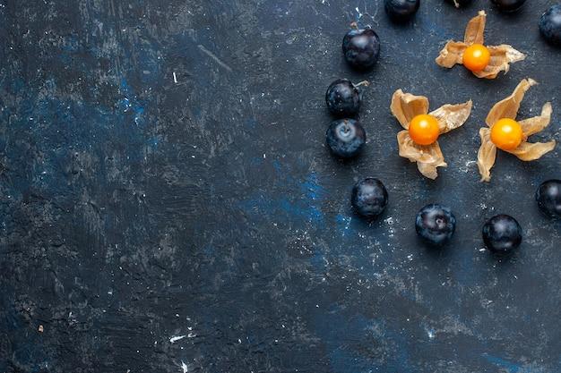 Vista de cima de abrunheiros frescos alinhados em círculo na vitamina saudável de frutas frescas e frutas frescas
