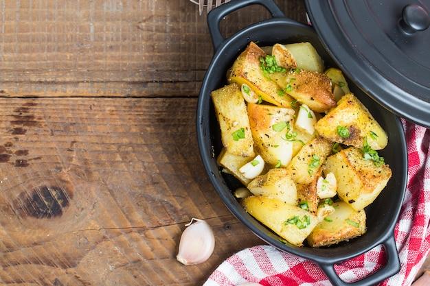 Vista de cima de batatas cozidas em uma panela