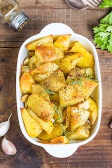 Vista de cima de batatas saborosos na tabela de madeira