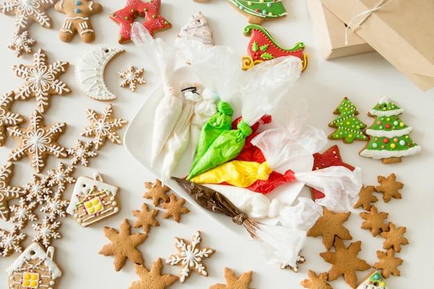 Vista de cima de biscoitos de natal e bolsas de pastelaria