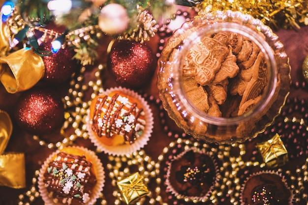 Vista de cima de bolos e biscoitos para o natal