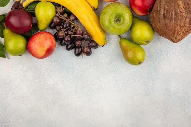 Vista de cima de frutas como pêra, maçã, pêssego, coco, banana, branco, fundo, com, cópia espaço