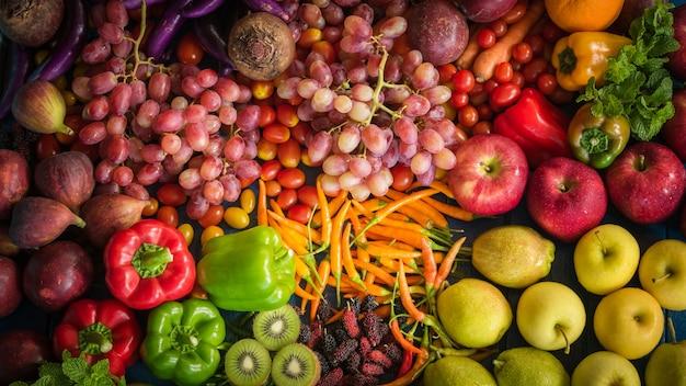 Vista de cima de frutas e vegetais frescos orgânicos, diferentes frutas e vegetais para comer saudáveis