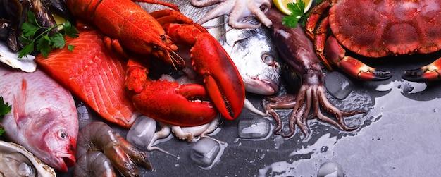 Vista de cima de frutos do mar na mesa