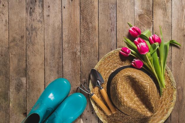 Vista de cima de itens de jardinagem e tulipas