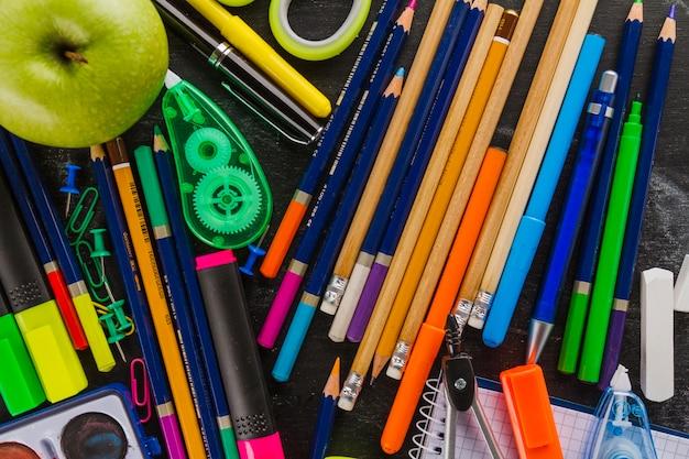 Vista de cima de lápis e material escolar
