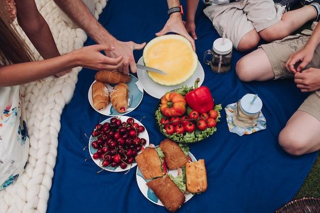 Vista de cima de legumes, frutas e sanduíches