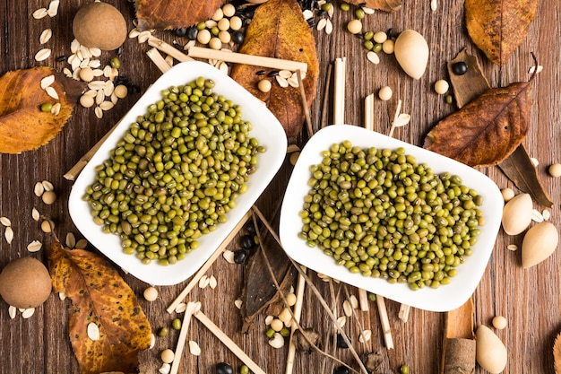 Vista de cima de lentilhas verdes em uma prancha