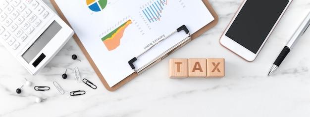 Vista de cima de ler a visão geral e calcular, pagar impostos com smartphone da internet.