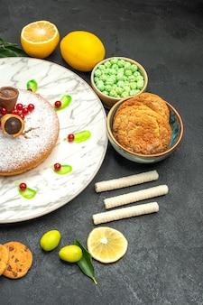 Vista de cima de longe um bolo um bolo com geléia de frutas cítricas com folhas doces biscoitos