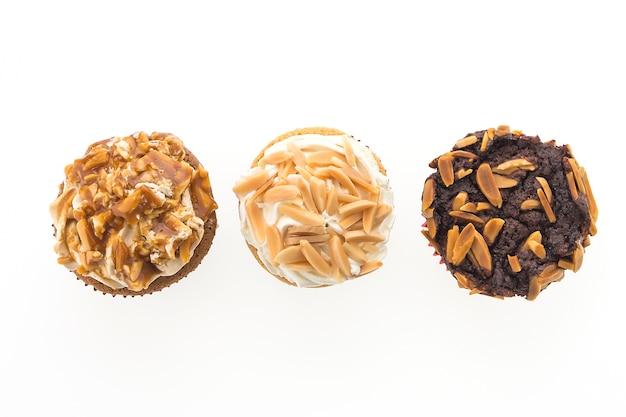 Vista de cima de muffins com amendoins Foto gratuita