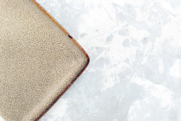 Vista de cima de perto prato quadrado vazio de cor marrom na superfície branca prato de cozinha comida talheres de cor vidro