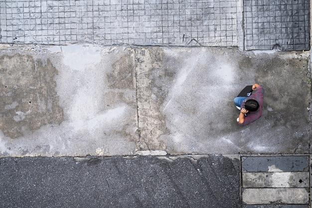 Vista de cima de pessoas viajando andando na cidade