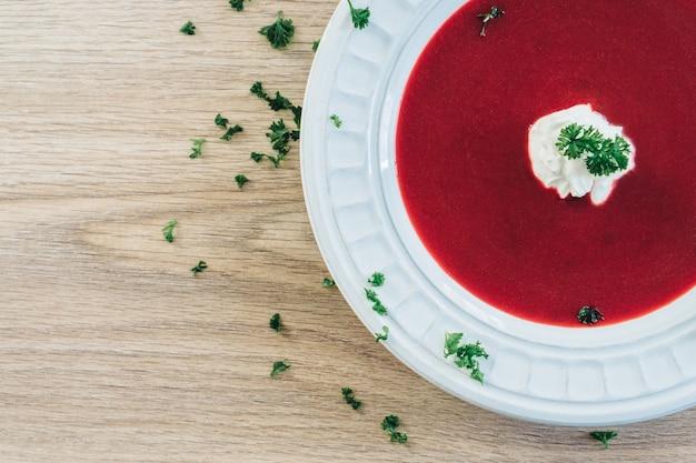 Vista de cima de saborosa sopa de vermelho