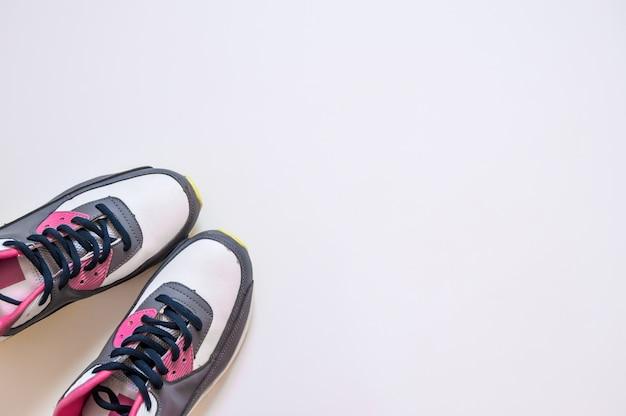 Vista de cima de tênis sobre fundo branco. vestuário físico e equipamentos. moda esportiva, acessórios esportivos, equipamento esportivo. cópia de conceito saudável espaço. conceito estilo de vida saudável, esporte e dieta. equipamento esportivo.